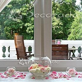 Szkło, świece, kwiaty, płatki – dekoracja sali Pałacu w Zakrzewie