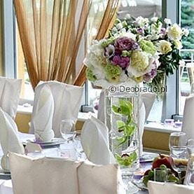 Pokrowce na krzesła z eleganckimi kokardami  – idealne tło dla kwiatowych dekoracji – Lake Hotel