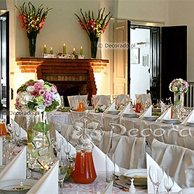 Eleganckie pokrowce na krzesła – neutralne tło dla kolorowych kwiatów – Pałac w Brodnicy
