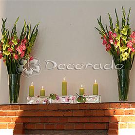 Dekoracja kominka – wysokie kwiaty i świece – Pałac w Brodnicy