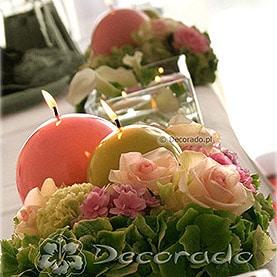 Kwiaty, świece i szkło – dekoracja stołu prezydialnego w Hotelu Twardowski
