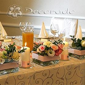 Delikatne dekoracja stołu prezydialnego – Pałac w Wojnowie