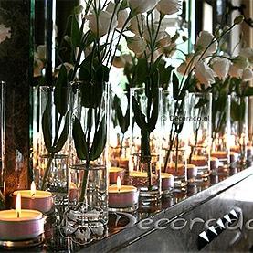 Kwiaty w blasku świec – dekoracja kominka w Pałacu w Wojnowie