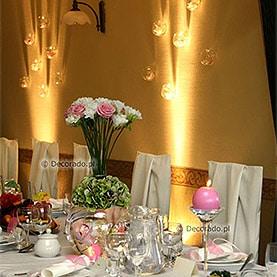 Kwiaty, szkło i światło reflektorów – Hotel Dorian