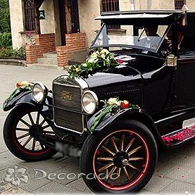 Piękne kwiaty na eleganckim samochodzie