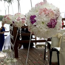 Kwiatowe kule z kryształowym akcentem – ceremonia ślubna w Skorzęcinie
