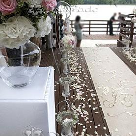 Elegancki dywan z inicjałami Pary Młodej – dekoracja ceremonii cywilnej