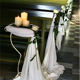 Świece i kwiaty – kościół w Swarzędzu