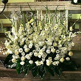 Biel kwiatów na ołtarzu – kościół w Swarzędzu