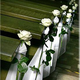 Wystrój ślubny kościoła w Swarzędzu – eleganckie róże