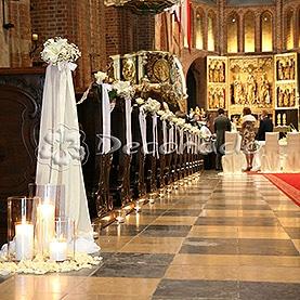 Delikatna dekoracja ławek – kwiaty, wstążki, lampioniki