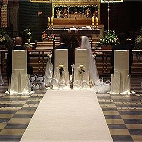 Białe eleganckie róże w Katedrze Poznańskiej