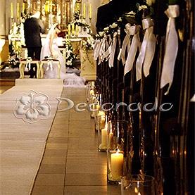 Wysokie lampiony i delikatne róże – dekoracja ślubna kościoła w Rydzynie