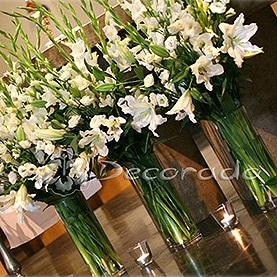 Bukiety kwiatów w prostych wazonach – Kościół OO. Dominikanów