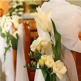 Wiosenna dekoracja ślubna – białe tulipany i frezje