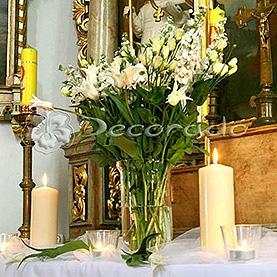 Prosty bukiet kwiatów na bocznym ołtarzu