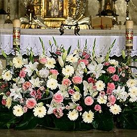 Kompozycja na ołtarzu kościoła Zmartwychwstania Pańskiego