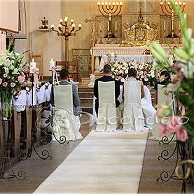 Eleganckie świeczniki i wysokie bukiety kwiatów – kościół Zmartwychwstania Pańskiego