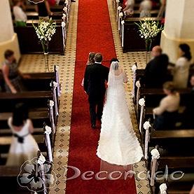 Prosto i elegancko – hortensje i wysokie bukiety kwiatów na stojakach – kościół w Dolsku