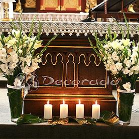 Biel kwiatów w blasku świec – ołtarz kościoła w Dolsku
