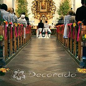 Dekoracja ślubna w żywych kolorach – kościół w Dąbrówce Kościelnej
