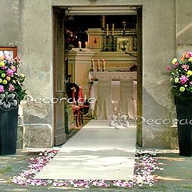 Kwiaty przed kościołem w Wąsowie