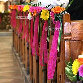 Dekoracja ławek w żywych kolorach – kościół w Dąbrówce Kościelnej