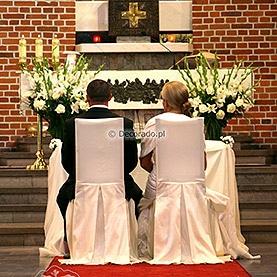 Wysokie bukiety kwiatów – kościół pw. Matki Boskiej Częstochowskiej