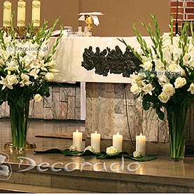 Prosta dekoracja ołtarza w kościele pw. Matki Boskiej Częstochowskiej