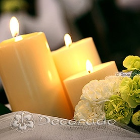 Świece i kwiaty – wystrój kościoła pw. Matki Boskiej Częstochowskiej