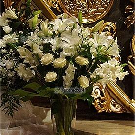 Bukiet kwiatów z boku ołtarza Katedry Poznańskiej