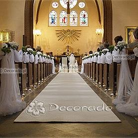 Bukieciki kwiatów w białej oprawie – dekoracja kościoła we Wrześni