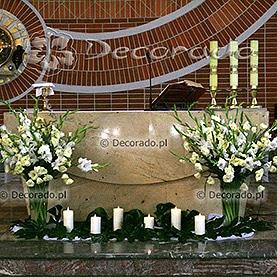 Bukiety kwiatów w prostych wazonach – kościół w Szczepankowie