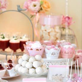 Słodki stół – eleganckie patery, ozdobna papeteria, kwiatowe dodatki