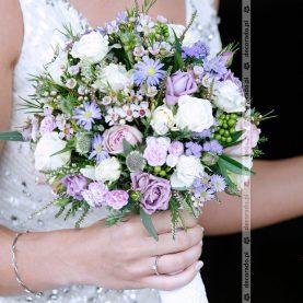 Drobne białe i fioletowe kwiatki w bukiecie ślubnym