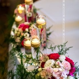 Dekoracja stołu prezydialnego – kwiaty  w świetle świec – Pałac Iwno