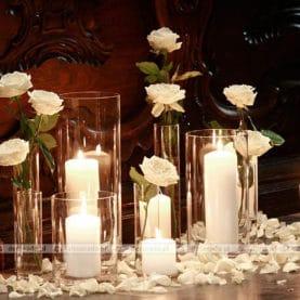 Dekoracja w bieli przy ławkach
