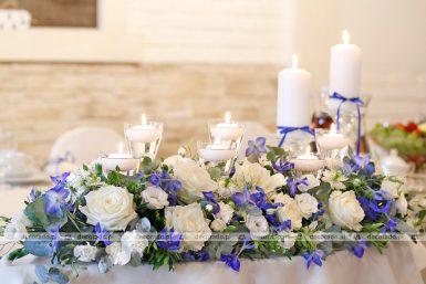 Niebieskie kwiaty w dekoracji sali – Hotel Kosmowski