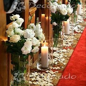 Kwiaty, szkło i świece – wystrój kościoła w Rokietnicy