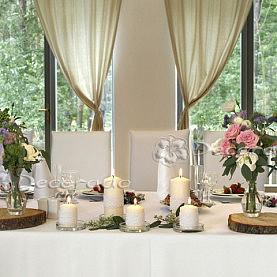 Kwiaty, świece, plastry drewna – dekoracja stołu Pary Młodej – Novel House
