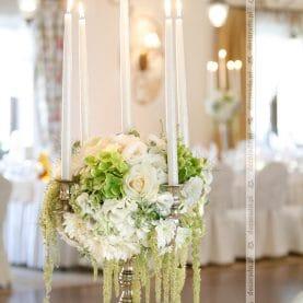 Dekoracja ślubna z szarłatem – kandelabry w Pałacu na Opieszynie