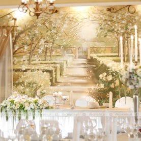 Pałac na Opieszynie – biel i zieleń kwiatów