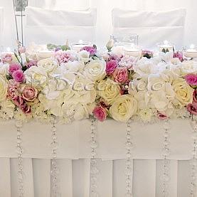 Elegancja kwiatów – dekoracja stołu prezydialnego – Hotel Gromada w Pile