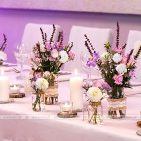 """Dekoracja stołu prezydialnego – """"polne"""" kwiaty i dodatki vintage"""