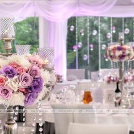 Bogate kompozycje kwiatowe na eleganckich srebrnych kandelabrach