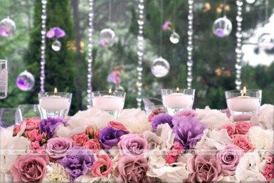 Fiolet, róż, biel – czyste kwiaty w dekoracji ślubnej
