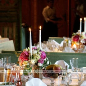 Dekoracja vintage – kwiaty, świece, drewno, koronka