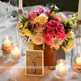 Naturalne kolory, naturalne kwiaty, nateralne drewno – romantyczna dekoracja stołu