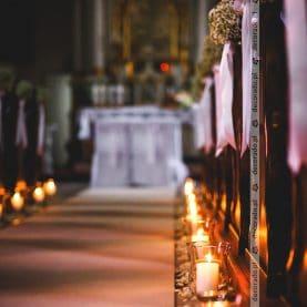 Dekoracja kościoła w blasku świec