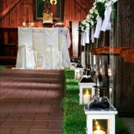 Latarenki na żywej trawie w kościele
